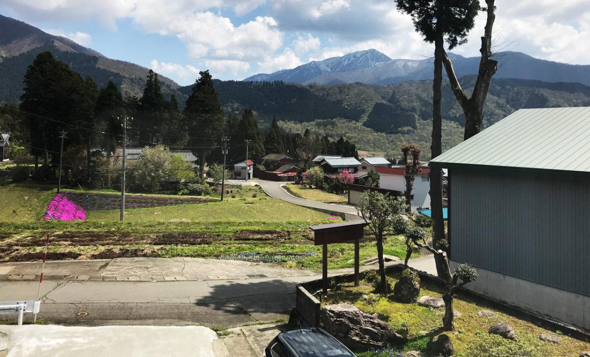 稜白山荘の窓から日本百名山荒島岳を望む